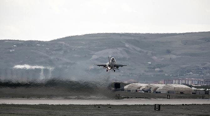 Hakkari'de savaş uçakları havalandı!