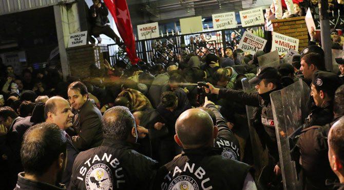 KanalTürk önünde polis ile çalışanlar arasında arbede çıktı!