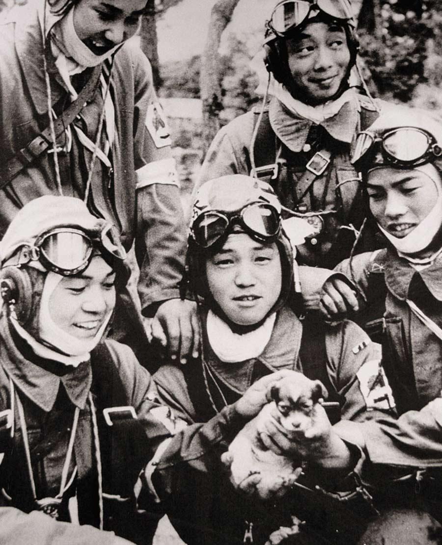 1945 Aldanmışlık Fotoğrafta kucağında bir köpek tutan Onbaşı Yukio Araki…