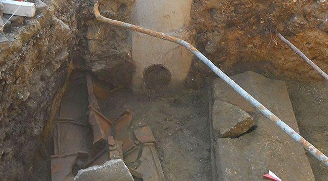 """Foça'da """"tarih""""i kanalizasyona gömüyorlar"""