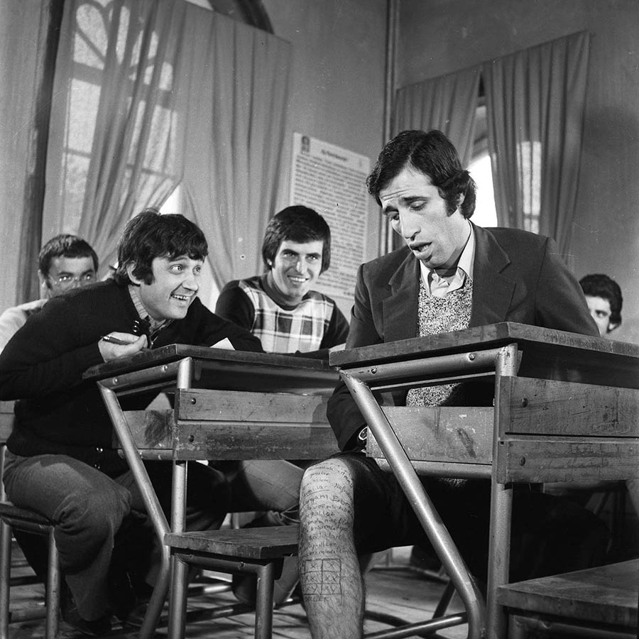 """Kemal Sunal, Halit Akçatepe ve Tarık Akan, Ertem Eğilmez'in yönettiği """"Hababam Sınıfı"""" çekimlerinde, 1975. (Güngör Özsoy - Depo Photos)"""