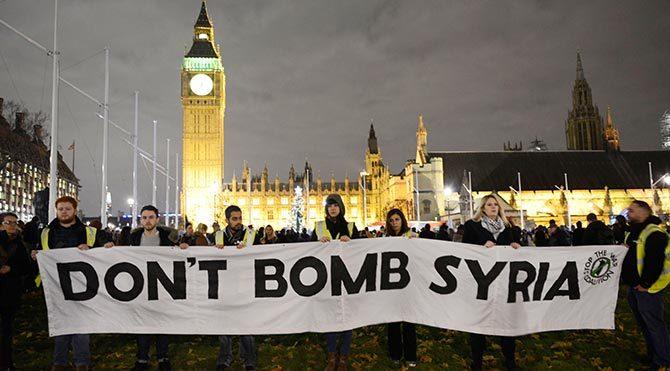 """Londra sokaklarda: """"Suriye'yi bombalamayın"""""""