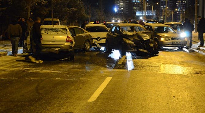 Ankara'da yağan kar hayatı felç etti! 15 araç birbirine girdi
