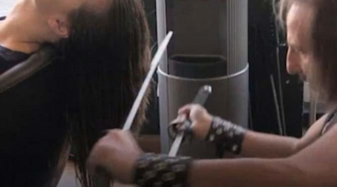 Samuray kılıcıyla saç kesen kuaför görenleri hayrete düşürdü