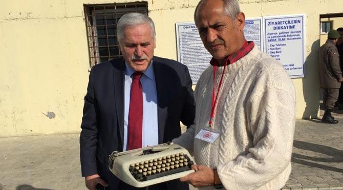 Tutuklu gazetecilere daktilo yasağı