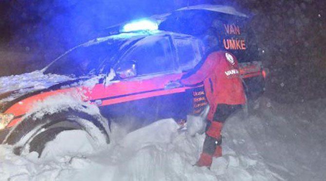 Sağlıkçıları belediye ekipleri kurtardı