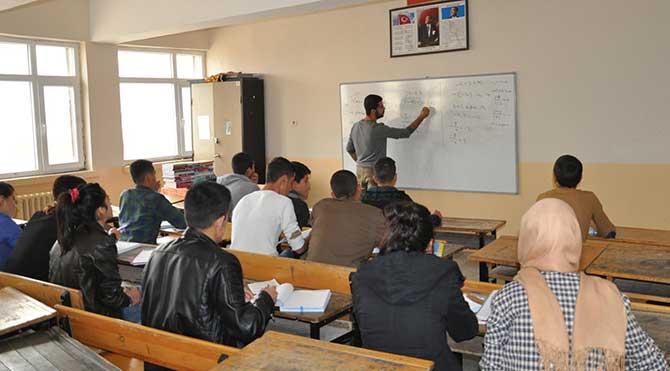 Doktorluk yaptığı beldede öğrencileri sınavlara da hazırlıyor!