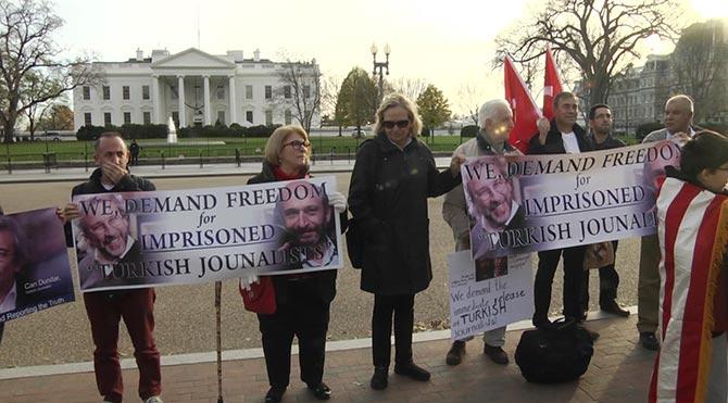 Beyaz Saray önünde Can Dündar ve Erdem Gül eylemi!