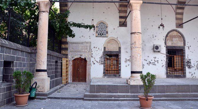 Diyarbakır'da tarihi cami yandı