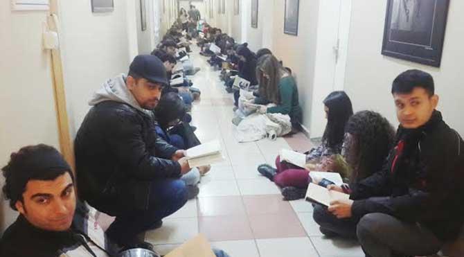 Öğrencilerden Ege Üniversitesi yönetimine kitaplı protesto!