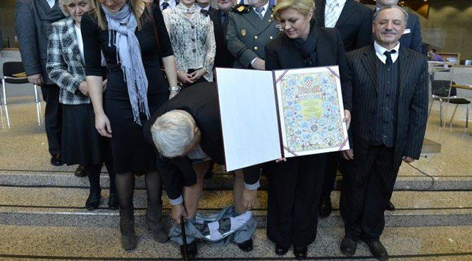 Hırvat Başkanın pantolonu kameralar karşısında düştü