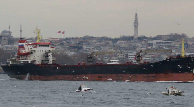 Rus askeri kargo gemisi 'tüfekle' geçti!