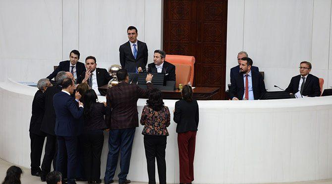 HDP'li vekiller kürsüye yürüdü
