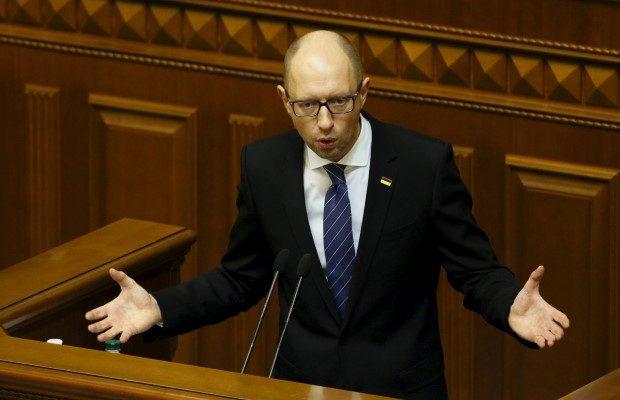 Ukrayna Başbakanı'na gül verip kucakladı