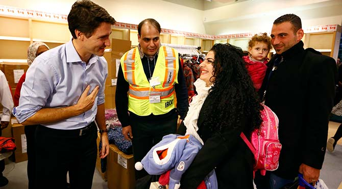 Kanada Başbakanı Justin Trudeau, Suriyeli mültecileri havaalanında karşıladı