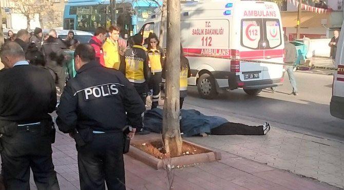 İki kız kardeşini sokak ortasında öldürdü!