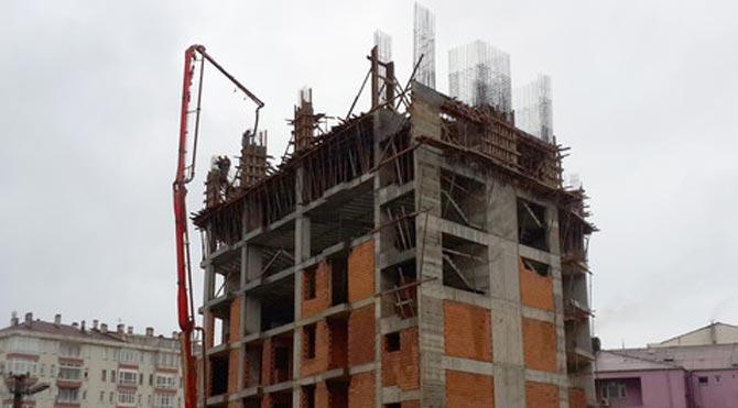 7. kata beton döken işçiler vatandaşın yüreğini ağzına getirdi