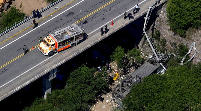 Jandarma otobüsü köprüden uçtu: 41 ölü