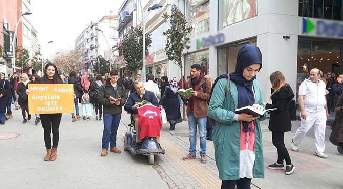 Okumaya teşvik için üniversiteliler caddede kitap okudu!