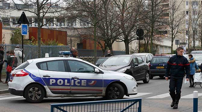 Paris'te öğretmene 'IŞİD bağlantılı' saldırı