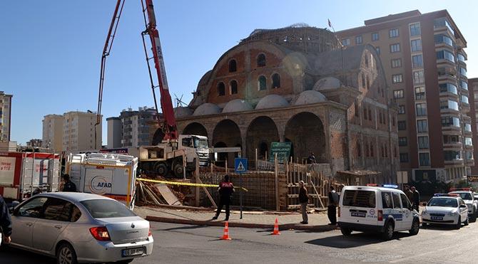 Cami inşaatı çöktü: Yaralılar var
