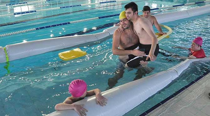 Engellilere üniversite kampüsünde yüzme eğitimi!