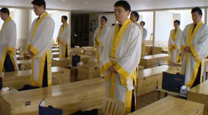 Güney Kore'de stresli çalışanlara tabutlu terapi