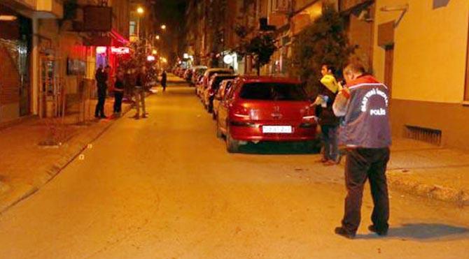 Yolda yürüyen 3 kişiye silahlı saldırı