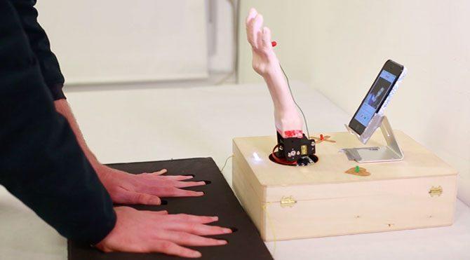 Tinder'da ideal eşi robot el buluyor
