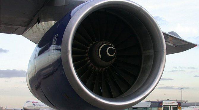 Uçak motoruna kapılan teknisyen can verdi