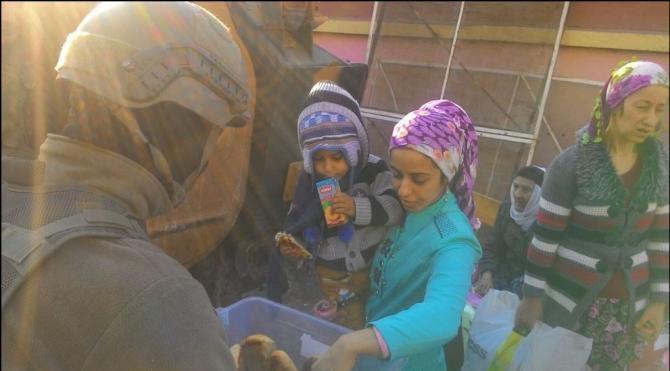 Diyarbakır Sur`da güvenlik güçlerinin vatandaşlara yardımı sürüyor