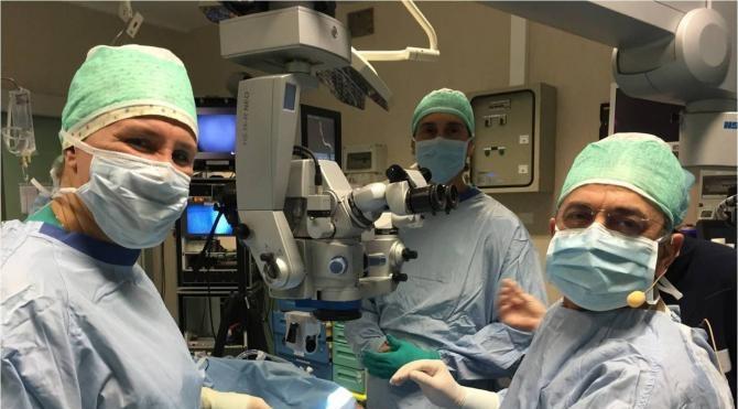 Türk doktor, canlı yayınlanan ameliyatla 83 yaşındaki İtalyan`ın yeniden görmesini sağladı