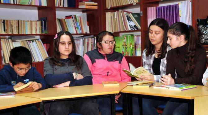 Tokatlı kadınlar görme engelli öğrencilere kitap okudu