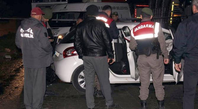 TIR`a çarpan otomobilde 2 üniversiteli öldü, 3`ü yaralandı