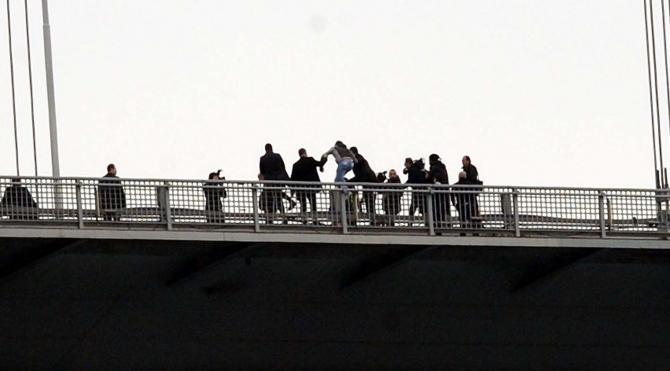 Cumhurbaşkanı Recep Tayyip Erdoğan, Boğaz Köprüsü`nden atlamak isteyen genci kurtardı