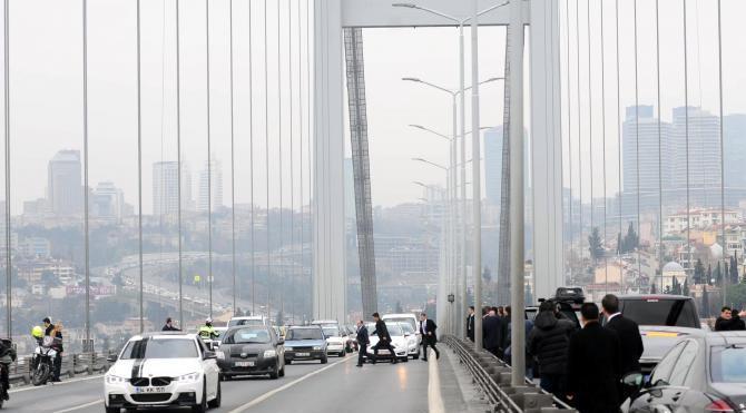 Fotoğraflar // Cumhurbaşkanı Erdoğan köprüde intihar etmek isteyen genci ikna etti