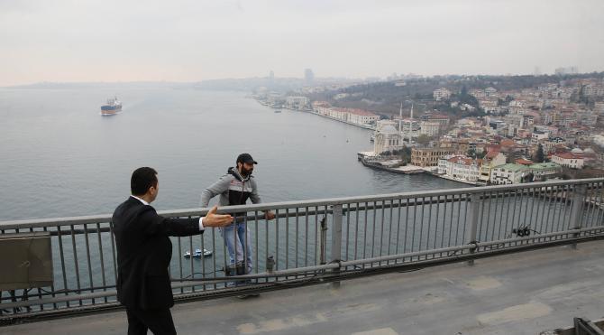 Ek fotoğraflar / Cumhurbaşkanı Erdoğan köprüde intihar etmek isteyen genci ikna etti