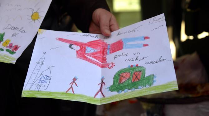 Sur`da operasyona katılan polislere eşlerinden pasta, börekli ziyaret