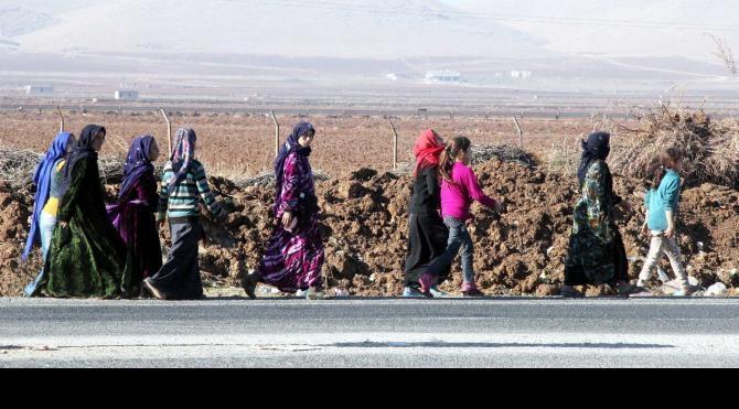 Şanlıurfa´da ev yakmaya giden kadınları jandarma engelledi (2)