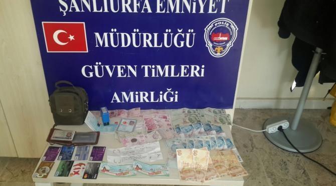 Polisi görünce kaçan kişinin üzerinden uyuşturucu ve çalıntı para çıktı
