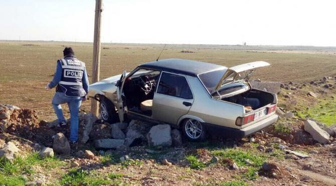 `Dur` ihtarına uymayıp direğe çarpan otomobilde 5 kilo esrar