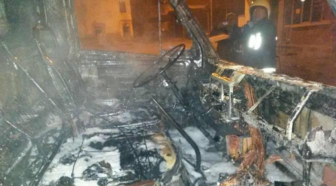 Park halindeki kamyon yandı