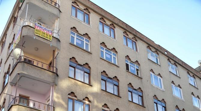 Diyarbakır`da binaya isabet eden cisim panik yarattı