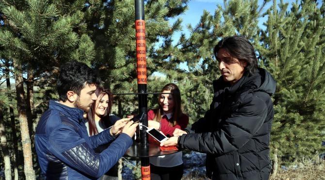 Kampüste telefon şarjı biten öğrenciler çözümü güneş enerjisinde buldu