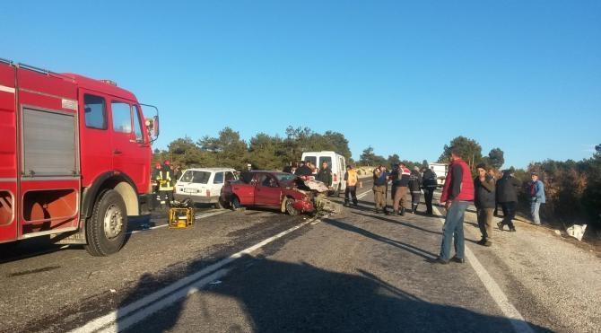 Harmancık`ta iki otomobil kafa kafaya çarpıştı: 2 ölü, 3 yaralı
