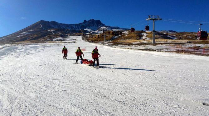 Erciyes`te, yılbaşına suni karlı kayak