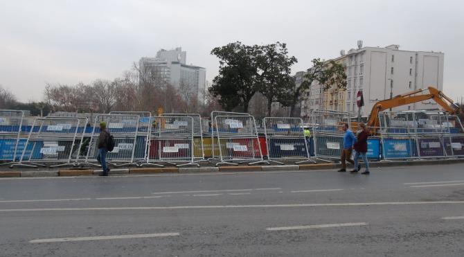 Taksim Meydanı`na polis bariyerleri getirildi