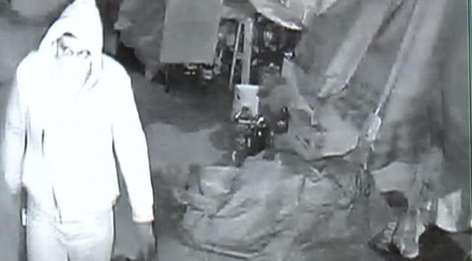 Marketteki hırsızlık güvenlik kamerasına yansıdı