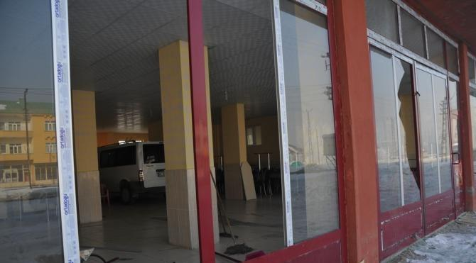Yüksekova`da menfeze yerleştirilen bomba patladı, binalar zarar gördü