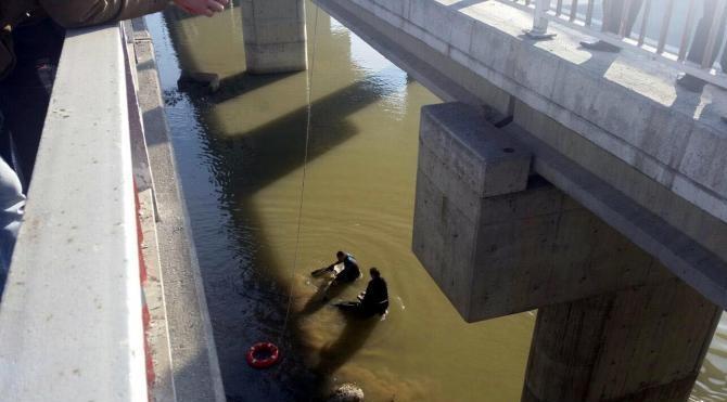 Köprüden çaya atlayan kişiyi itfaiye kurtardı